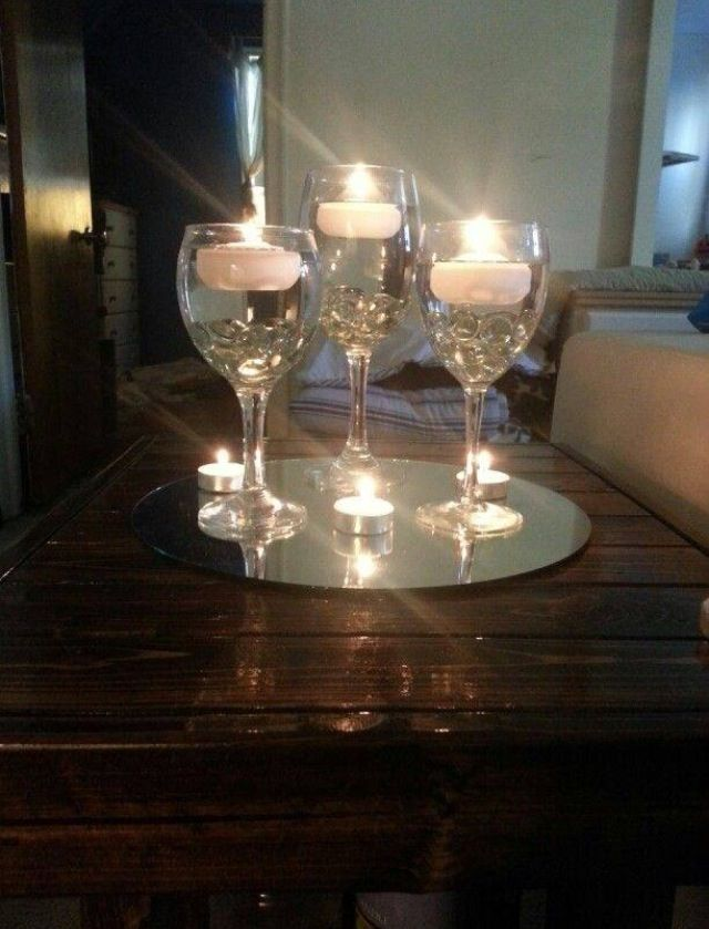 Centro de mesa en copas de cristal y velas blancas m s la for Centerpieces made with wine glasses