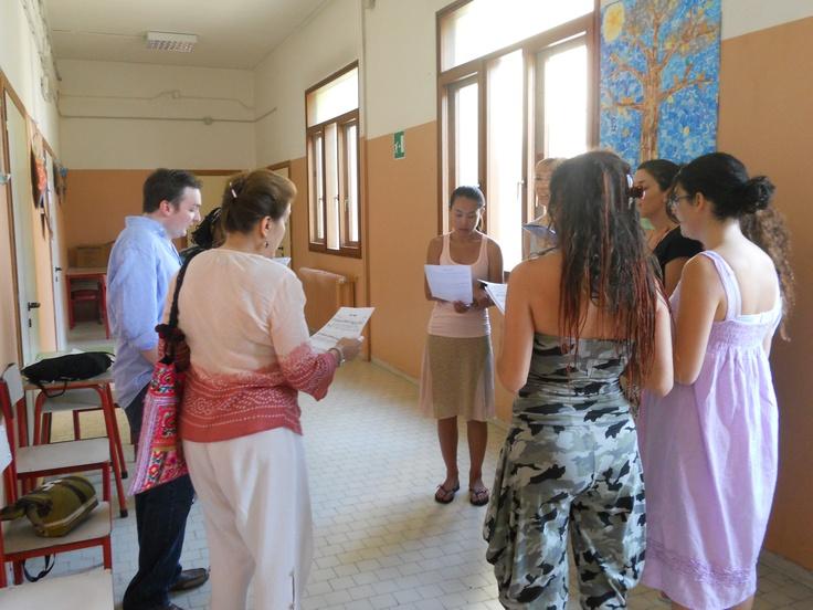 il Choir of Angels prova Summertime nei corridoi della scuola Marchetti