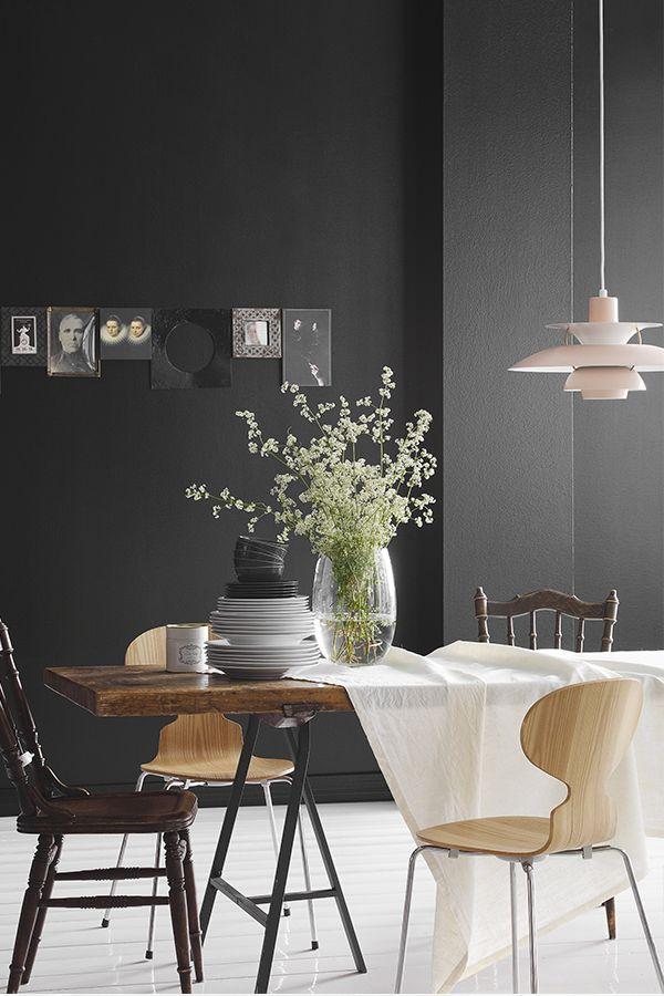 Black-sisäseinämaali tuo syvyyttä ruokailutilaan. #black #tikkurila #mustatuntuu #musta #sisustus #wallpaint #ruokailutila #diningroom #betolux
