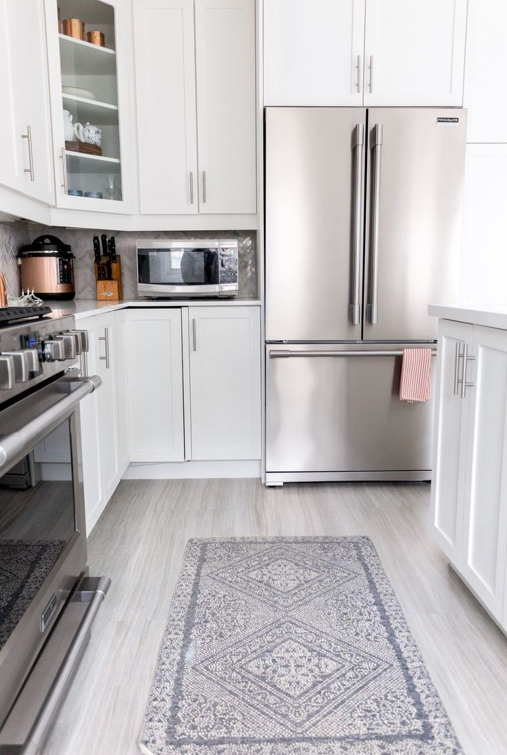 How to paint kitchen cabinets cabinet refinishing for Flooring before cabinets