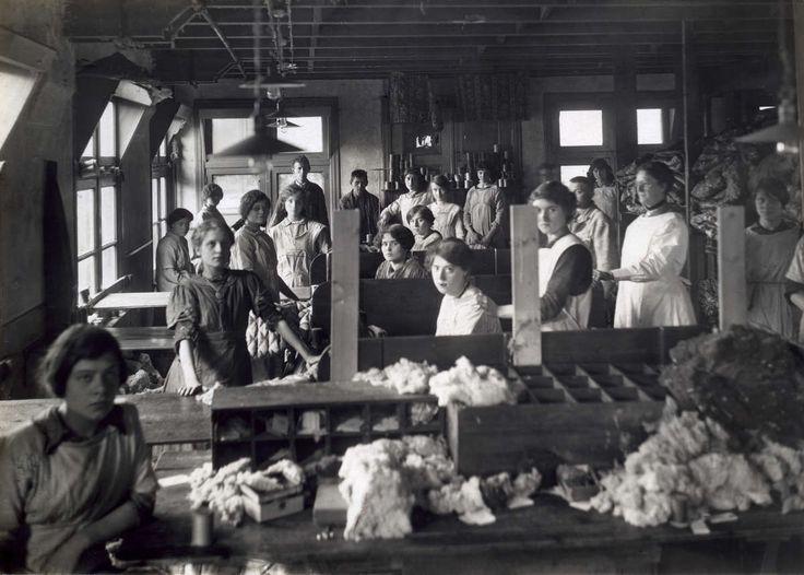 Kinderarbeid. Meisjes op de machinale stikkerij van dekenfabriek Veltman in Amsterdam, Nederland 1914.