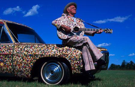 Dalton Stevens è americano ed è conosciuto come il re dei bottoni. A causa dell'insonnia, una notte di vent'anni fa, inizia a cucire dei bottoni su un abito. Dopo due anni di notti in bianco, il vestito era ormai coperto da 16.3333 bottoni. Ha continuato ad attaccar bottoni sulla sua chitarra, le sue scarpe, due auto, il pianoforte e, cosa ancora più stramba, su una bara e un gabinetto! Ha aperto da poco anche un museo vicino casa (nel South Carolina) dove ha esposto le sue creazioni
