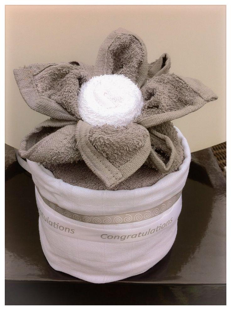 Luiertaartje met lotusbloem. Kraamcadeau of Zwangerschapscadeau unisex. Baby Shower gift: mini diaper cake with flower for boy and girl. Info: https://joleenskraamcadeaus.wix.com/kraamcadeau#!product/prd1/1914646555/mini-luiertaartje-met-lotusbloem