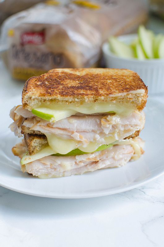 Apple Picker's Harvest Grilled Cheese - the perfect fall sandwich recipe! Turkey, brie, and fresh apple slices. Plus, a honey drizzle! AD #ArtesanoGoldenWheat