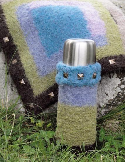 Sitteunderlag og termosvarmer!  Strikk & Bruk II - Du Store Alpakka  Design: Randi Ballangrud/Du Store Alpakka  Foto: Kari Hestnes