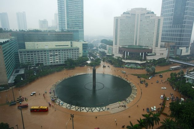Jakarta Flood 2013 - location : Hotel Indonesia Roundabout (Bundaran HI). the brown colour is water from the river and rain.