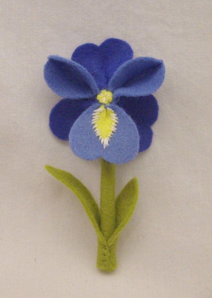 Felt iris brooch//.Flores de fieltro/ Maria L.bertolino/ www.pinterest.com...