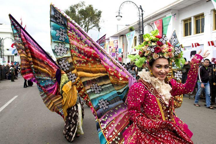 Peserta parade mengikuti Karnaval Asia Afrika di jalan Asia Afrika, Bandung, Jawa Barat, Sabtu (25/4). Parade berkaitan rangkaian Peringatan ke-60 Tahun Konferensi Asia Afrika diikuti sejumlah negara peserta dengan menampilkan budaya dan pakaian tradisional masing-masing negara. ANTARA FOTO/M Agung Rajasa/nz/par/15.