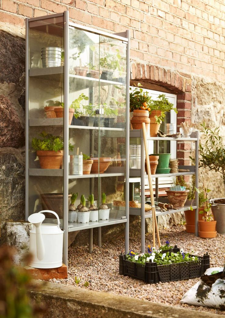 Minikasvihuone kirittää taimia kasvuun sisällä. Lämpimien säiden tultua sen voi siirtää parvekkeelle. Katso Avotakan kooste pienistä kasvihuoneista.