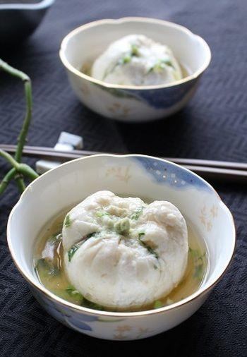 鶏ひき肉とかぶ、卵白を蒸しあげたかぶまんじゅうです。かぶと卵白のクセのない味わいをやさしい和風味の餡で楽しんで。