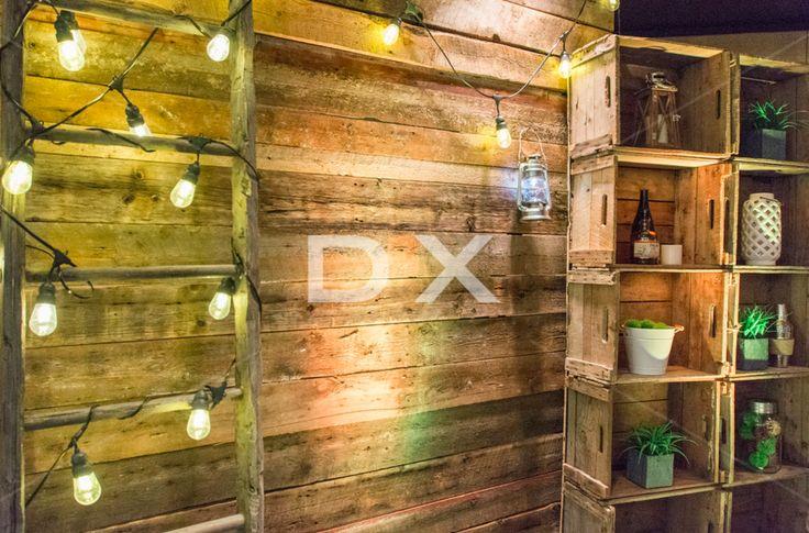 Mur de bois de grange autoportant - Étagère Verger 2x5 -Ampoule Edison - Échelle Antique - Lanterne chrome - Accessoires divers by DX Design