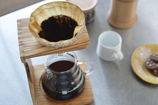 カフェのようなおしゃれなスタンド。コーヒー好きの方にぜひおすすめしたい、ハンドドリップのためのドリップスタンドが「HARIO」から新登場しました!ドリッパーとサーバーを組み合わせれば、おしゃれな雰囲気でコーヒーを楽しめますよ。コーヒーが抽出される様子が見えて、目にも楽しいスタンドです。当店で扱っている商品では「V60耐熱ガラス透過ドリッパー/1~4杯用」専用のコーヒードリップ用スタンドです。ドリッパー:V60耐熱ガラス透過ドリッパー木目が味わい深いオリーブウッド。こちらのスタンドは、オリーブウッドを使用し