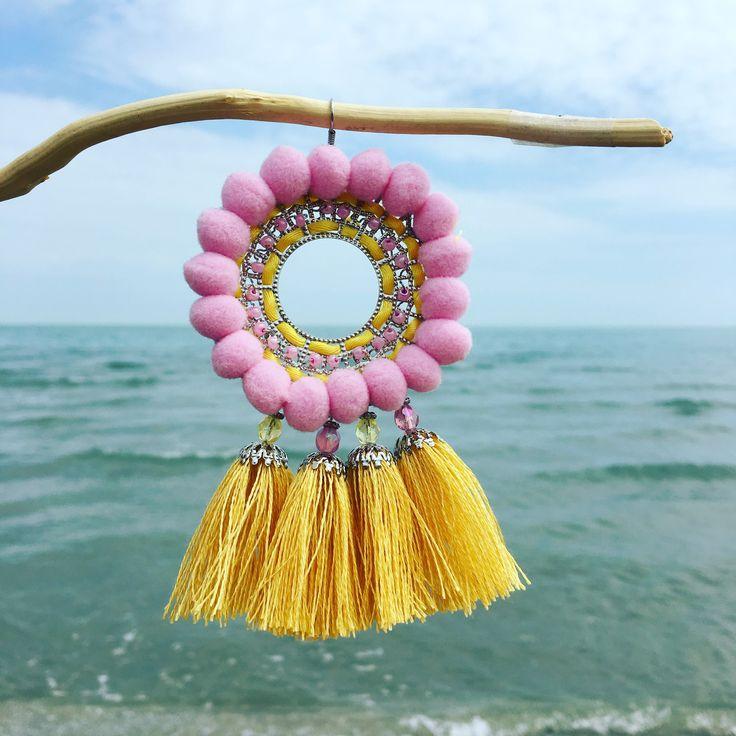 Monorecchini con nappe e pon pon, in rafia, o cotone fatti a mano, pezzi unici, super colorati e leggeri... #campanelli #bell #orecchini #earrings #handmade #fattoamano #nappe #rafia #ponpon #spring17 #estate17 #musthave #bijoux #monorecchino #accessori #boho #bohochic #nappine #orecchininappe #gioielli #ss2017 #summer2017 #fashion #followme #wood #color #fun #enjoy #ibiza #nightlife #artigianato #pezziunici