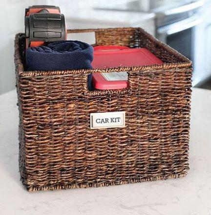 """Crie um caixa de """"emergência"""" para manter no porta malas do carro. Inclua nessa caixa guarda-chuva, tesouras ou canivete suíço, fita adesiva, toalhas de papel, sacos de lixo e uma blusa de frio ou manta."""