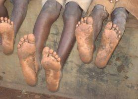 Ayakkabı üreticisi ve pazarlayan bir şirket, pazar araştırması yapması için Afrika'ya iki elemanını göndermiş. Elemanlar Afrika'nın çeşitli ülkelerinde şehirleri gezmişler, araştırma yapmışlar. Sonunda;  Birinci eleman, patrona yaptığı araştırmaların neticesini bir rapor olarak sunmuş ve demiş ki: