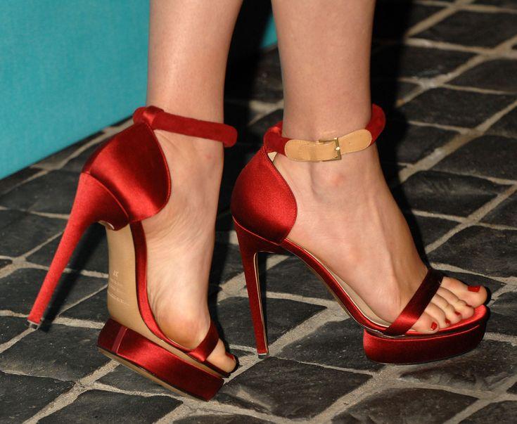 Kathleen Robertson's Feet << wikiFeet