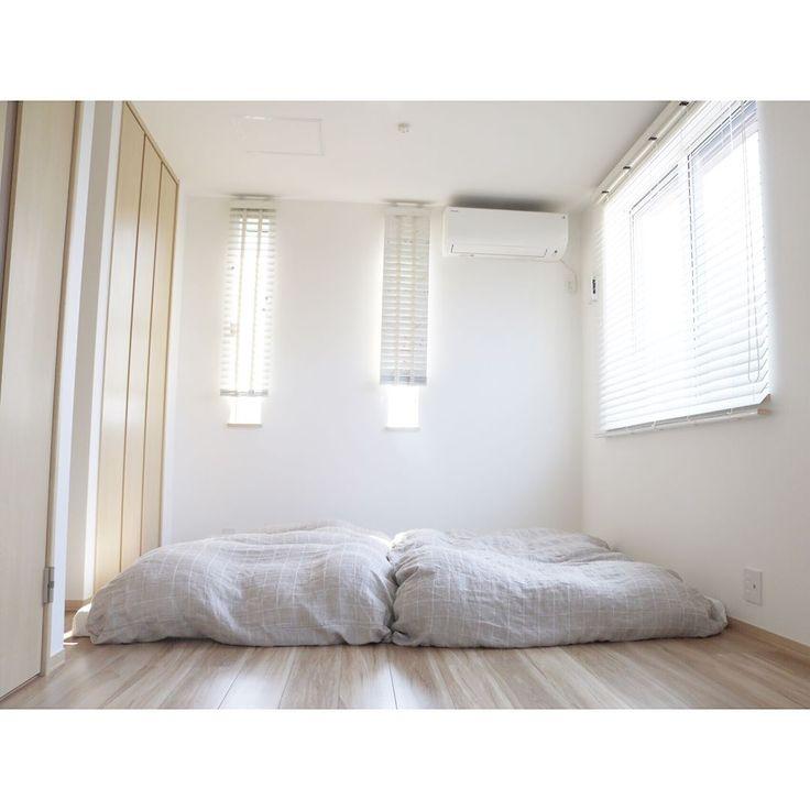 「. . 3階の寝室です。 子供が小さいうちは布団に。 &FREEのセミダブルマットレスをふたつ並べて3人で寝ています。 掛け布団は無印で、布団カバーも無印です。