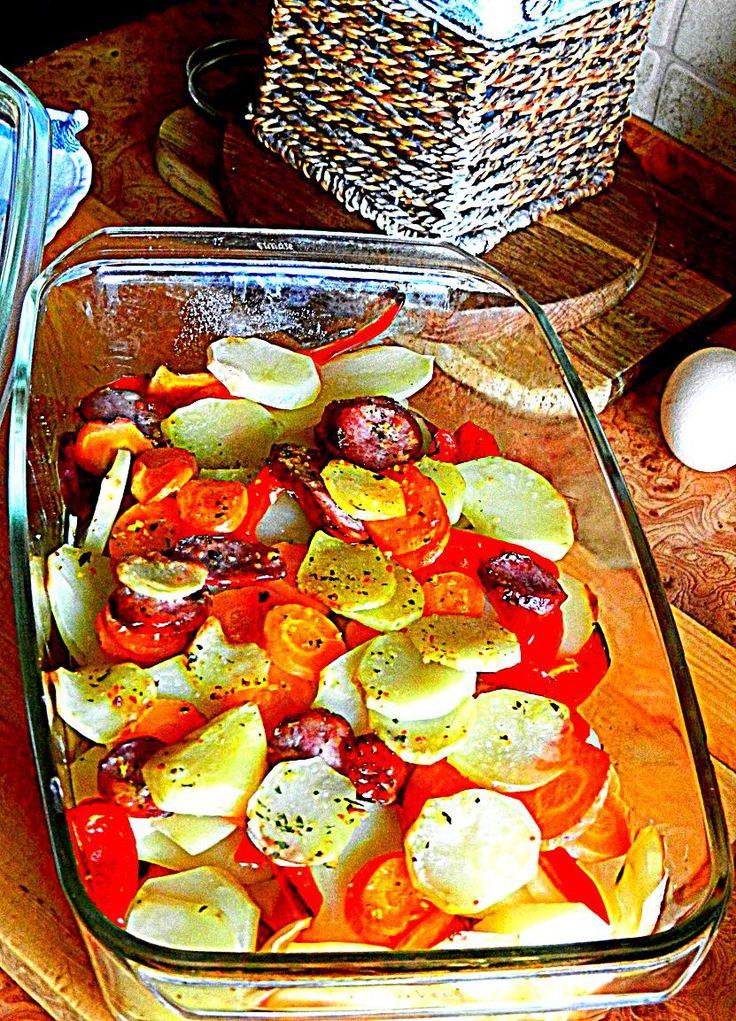 Zapiekanka warzywna z boczkiem i kiełbasą.