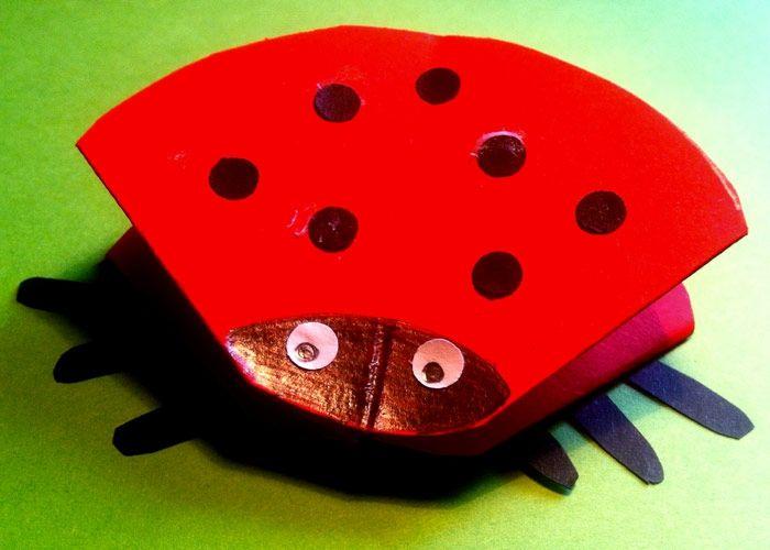 Wer mag diese süssen Käferchen schon nicht? Wir zeigen Ihnen mit dieser einfachen Anleitung, wie Sie einen bunten Marienkäfer aus Karton basteln können.