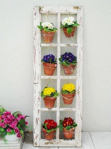 prateleira de flores feita com resto de janela antiga.