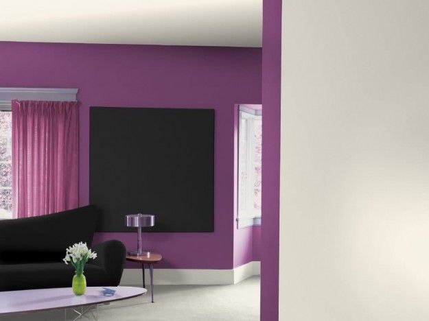 Pareti viola e divano nero - Come abbinare il divano nero alle pareti viola.