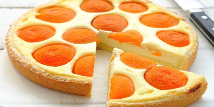 O prăjitură cu brânză dulce de vaci și fructe aduce mereu sărbătoarea în casă. Haideți să ne amintim de vară și să ne răsfățăm cu o tartă gustoasă: cu blat sfărâmicios, umplutură fină de brânză și caise dulci- un adevărat deliciu! Ingrediente: -250 g făină; -125 g unt; -100 g zahăr pudră; -un praf de sare; -4 ouă; -250 g brânză dulce de vaci; -2 linguri de amidon; -120 g zahăr; -250 ml smântână; -coaja unei lămâi; -1 conservă de caise întregi; -2 linguri zahăr brun. Mod de preparare: 1.Gătim…