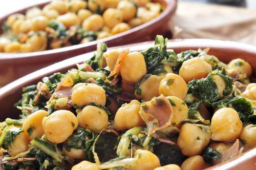 No te pierdas esta receta de espinacas salteadas con garbanzos. Tienen un sabor realmente exquisito, ¡no dejes pasar más tiempo para probarlas!