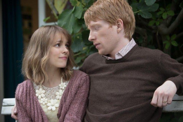 Escena de la película about time pareja de novios abrazados