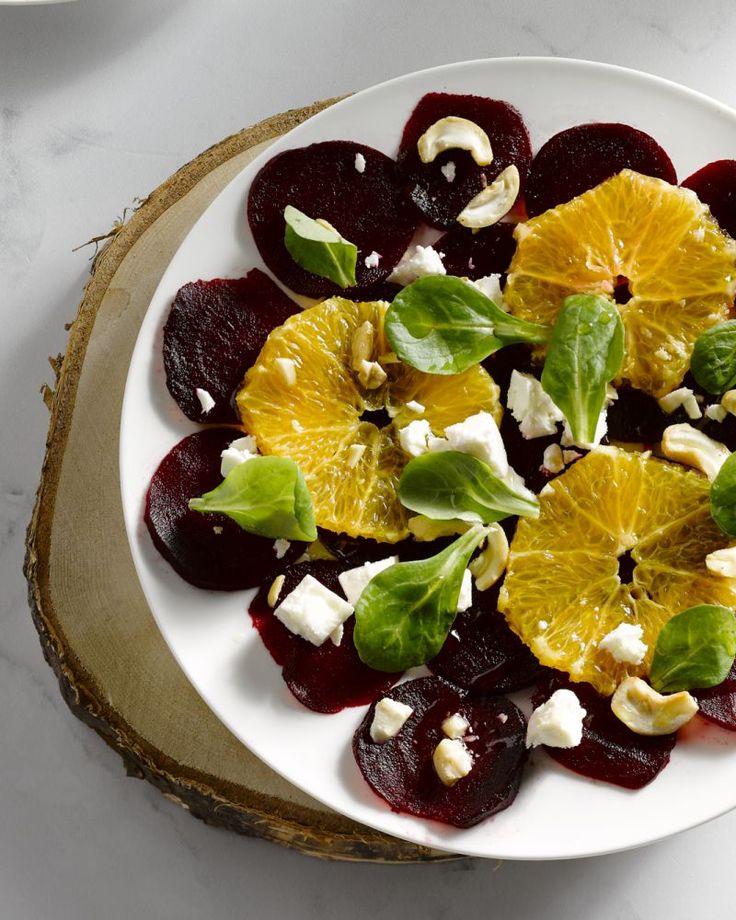 Carpaccio hoeft niet altijd van vlees of vis te zijn. Deze versie met rode biet, sinaasappel en feta smaakt goed af. Een origineel vegetarisch voorgerechtje!