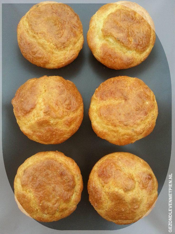 Heerlijke koolhydraatarme geitenkaas muffins van amandelmeel, Griekse yoghurt, oregano en eieren. Perfect voor de hartige trek. Past bij Broodbuik en LCHF