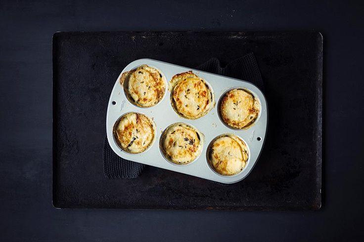 Fløtegratinerte poteter i muffinsbrett rett ut av ovnen.