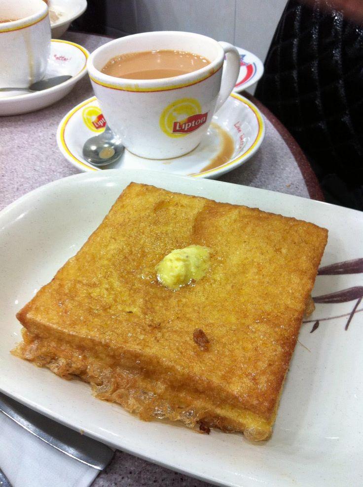 #港式茶餐廳 #多士 。將切片的麪包放在多士爐焗至芳香取出,在多士的一邊抹上煉奶、牛油、果醬、沙拉醬等配料,用兩塊多士夾起來熱食。多士因為有多種變化,所以有各種名稱。 #香港 稱吐司為多士。