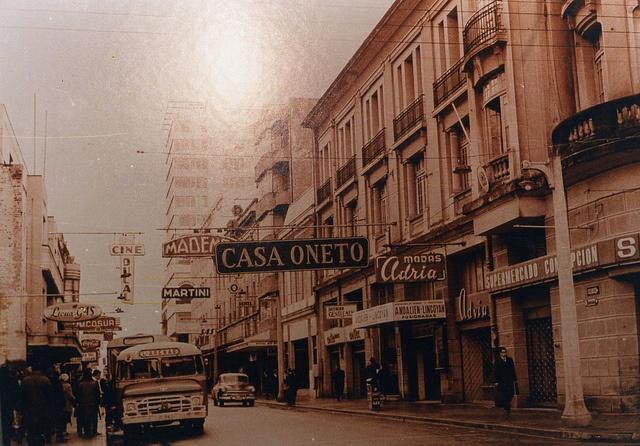 Calle Barros Arana, antes de ser el Paseo Peatonal década del 60 | Flickr: Intercambio de fotos