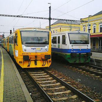 Setkání Regionov dvou dopravců v Šumperku Motorový vůz 814 246-5 Regionovy Trio ČD a řídící vůz 914 501-2 Regionovy ŽD - dopravce Arriva Morava.
