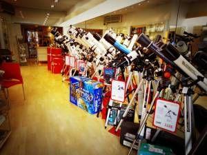 Magasin Astronomie Espace Optique à Bordeaux :nous sommes spécialisés dans la vente de matériel d'observation (jumelles, longues-vues, lunettes astronomiques, télescopes, microscopes, loupes binoculaires), mais aussi en loupes de lecture et petits équipements pour faciliter les travaux minutieux (loupes de travail, loupes de brodeuse, loupes pour la botanique ...). Nous vous proposons une sélection de produits de qualité toujours au meilleur prix.