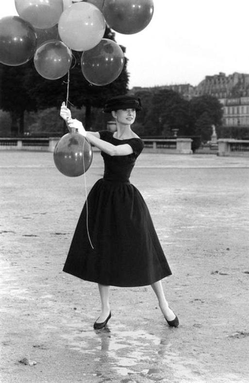 David Seymour, Paris. 1st arrondissement. Jardins des Tuileries. Audrey Hepburn. 1956.