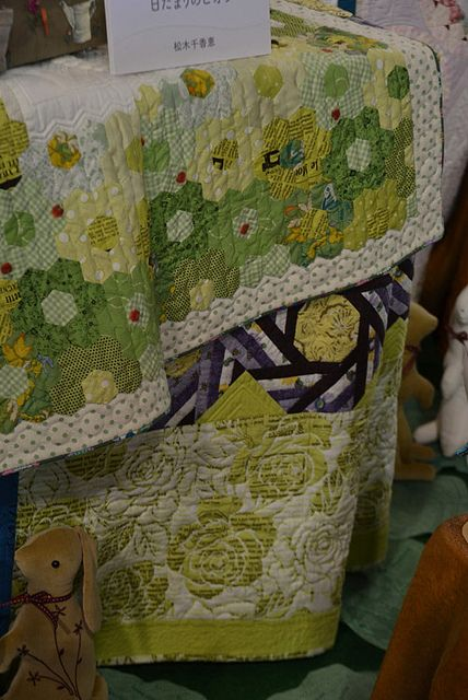 ReikoWashizawaHexGrn by Luana Rubin, via Flickr.  Love the top quilt with the varying greens to yellows