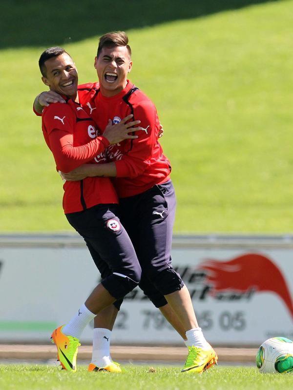Die chilenischen Nationalspieler Alexis Sanchez (l) und Eduardo Vargas haben beim Training in Genf richtig Spaß. Die Südamerikaner werden in Kürze ein Freundschaftsspiel gegen Spanien bestreiten. (Foto: dpa)