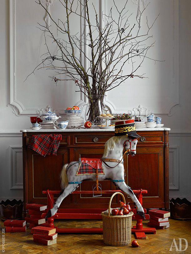 Гостиная. Возле дубового комода XVIII века стоит винтажная лошадка-качалка из Австралии: она принадлежала хозяйке в детстве.