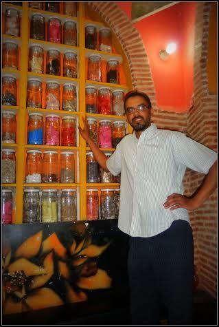 Rencontre avec l'Herboriste des Amis à Marrakech. Découverte d'épices, de plantes médicinales, de produits cosmétiques naturels,...Une petite boutique qui nous offre un voyage au pays des sens. Venez goûter au plaisir de cette belle rencontre avec le portrait de l'Herboriste des Amis sur WazaBuzz : http://www.wazabuzz.com/fr/un-petit-tour-chez-lherboriste-des-amis/