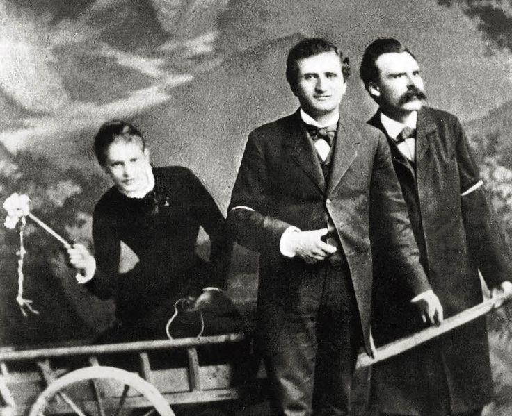 La seule histoire d'amour de Friedrich Nietzsche (15 octobre 1844 - 25 août 1900) fut platonique, et son objet en fut Lou Andreas-Salomé qu'il rencontra en 1882, lors d'un voyage en Italie, alors que la jeune fille n'est âgée que de 21 ans. Ils partagent une relation platonique lors d'une escapade à trois avec Paul Rée, passant des semaines d'errance à discuter de philosophie. La sœur de Nietzsche, Elisabeth, sujette à une jalousie maladive, fera tout pour mettre fin à leur relation. Le…