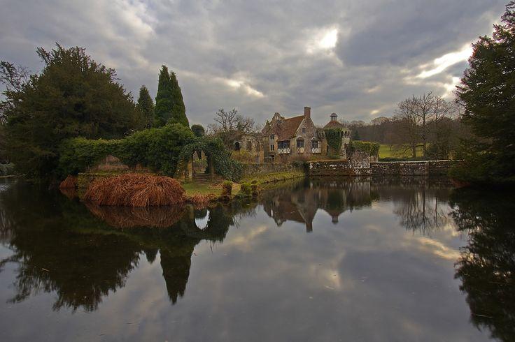 https://flic.kr/p/EmTSGZ | Tra acqua e nuvole / Between water and clouds (Scotney Castle, Kent, United Kingdom) | Regno Unito, Kent, Scotney Castle, Inverno 2016   Scotney Castle è una casa di campagna inglese nel Kent, in Inghilterra. I giardini sono un esempio famoso dello stile Pittoresco e hanno come elemento centrale le rovine di un maniero medievale circomdato da un fossato, il vecchio castello di Scotney appunto, che si trova su un'isola su un piccolo lago. Nella parte superiore del…
