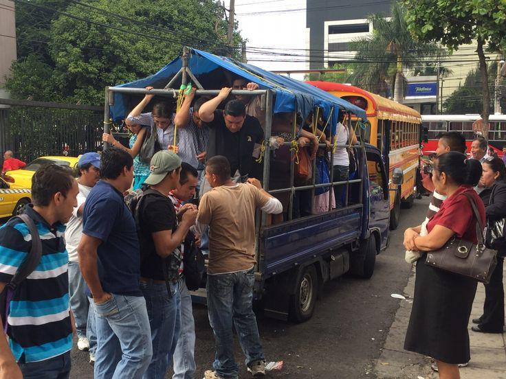 El gobierno dispuso vehículos para transportar a los ciudadanos afectados por el paro de transportes. (crédito: CNN/Merlín Delcid)