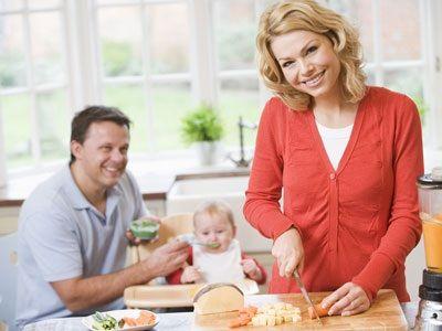 Brodo vegetale, 1 cucchiaino d'olio vergine d'oliva e due-tre cucchiai di mais-tapioca, il cereale meno allergizzante. Questa pappa può essere data al bambino per i primi 15 giorni di svezzamento.