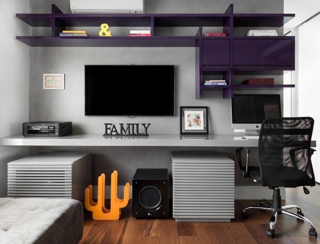 Compacto, este espaço multiuso com base cinza comporta a sala de TV e o home office e se diferencia pela marcenaria inteligente, com estante solta e leve no padrão berinjela. O ambiente foi idealizado pela arquiteta Fernanda Dabbur