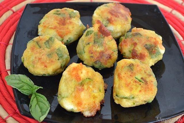 La ricetta delle polpette di zucchine corredata di foto con procedimenti passo passo.