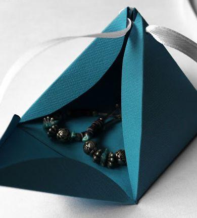 プレゼントを入れるおしゃれなギフトボックス、かわいい箱の手作り方法をいろいろ集めました。 無料でテンプレートをダウンロードして、印刷して手作りできる、お手軽なギフトボックスです。 手作りお菓子やアクセサリーなどを、手作りの箱でおしゃれにかわいくラッピングできます。 ピラミッド型ギフトボックス プレゼントがゴージャスに見える、かっこいいギフトボックスです。 プレゼントも入れやすく、見た目もとてもおしゃれに作れます。 下のテンプレートを印刷したら、全て内側に折り目をつけます。 三角の対面2カ所に穴をあけてリボンを通して、ギフトを入れてから結びとめます。 ピラミッド型ギフトボックスのテンプレート 好みの大きさの倍率で印刷してください。 &nbsp...