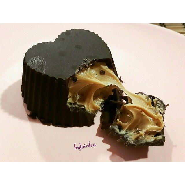 Biiizzz geldik Tarifimiz Lezzet dergisinden ölçüsünü ve içeriğini değiştirdim ben 200 gr çikolata yarısını sütlü yarısını biter kullandım. Tarifte 160 gr bitter yazıyordu. fındık ezmesi kullandım yarım kavanoz. Tarifte 4 ymk kaşığı fıstık ezmesi yazıyordu. Çikolatayı benmari usulü eritin. Silikon kaplara 1-2 yemek kaşıgı koyup fırça ile yayın. 15 dk dondurucuda bekletin. Tekrar çikolata sürüp 15dk daha dondurucuda bekletin. İç malzemeyi koyun üstüne çikolata gezdirin ve 30 dk dondurucuda…