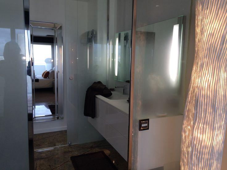 Salle de bain contemporaine, meuble blanc laqué, plan vasque moulé verre blanc,  www.michele-boni.com Interior Design