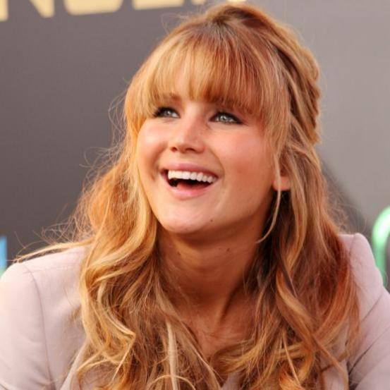 <p>Wanneer Jennifer niet een of andere vlecht in haar lange lokken heeft, kiest ze vaak voor een kapsel met krullen. Ze zet haar lange haar in de verf door te kiezen voor een kapsel met zachte, losse krullen. Maar ook met een opsteekkapsel staat de actrice beeldig.</p>